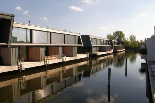Hlavní vodní kanál, pohled na dvoupodlažní budovy Lake apartmánů, na terasy nad vodní hladinu a na přístup k lodím