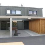 Pohled na velkorysý vstupní a příjezdový prostor atriových rodinných domů a prostor garážových stání.