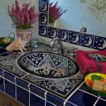 Do druhé koupelny zvolili manželé umyvadlo s květinovým motivem.