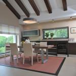 Jídelní stůl navazuje na kuchyň. Celý prostor je od společenského výškově vymezen dvěma schody.
