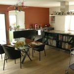 Kuchyně s jídelnou ve staré části budovy. Převládá černá barva, a to jak v kuchyni, kde záměrně nejsou horní skříňky, tak i v jídelní části na židlích z ohýbaného dřeva a podnoží stolu.