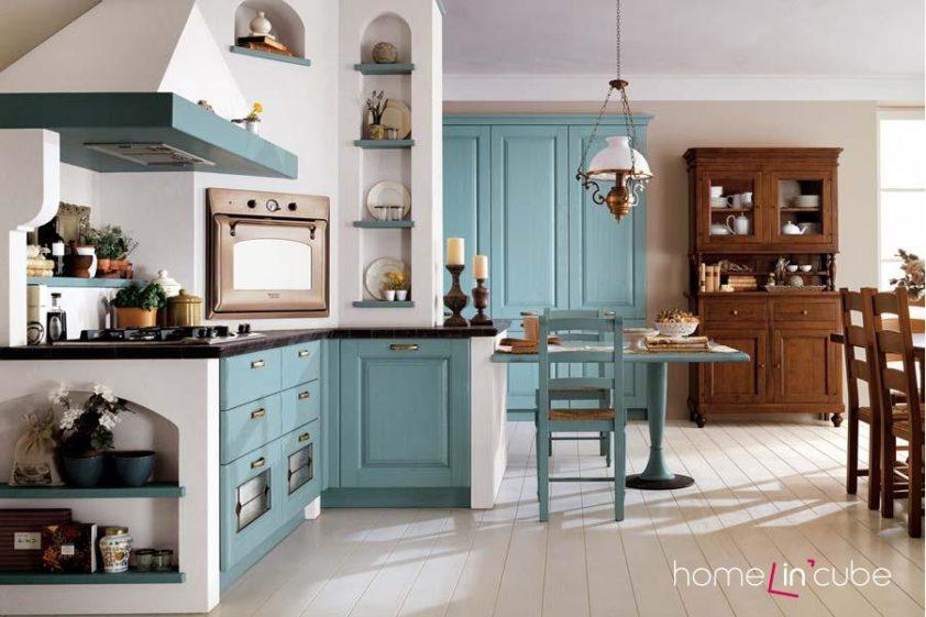 Charakter klasických kuchyní se přímo nabízí k vestavění do vyzděných modulů, či nejrůznějších nik. Sestava Laura v modrém ladění v kombinaci se solitérním nábytkem.
