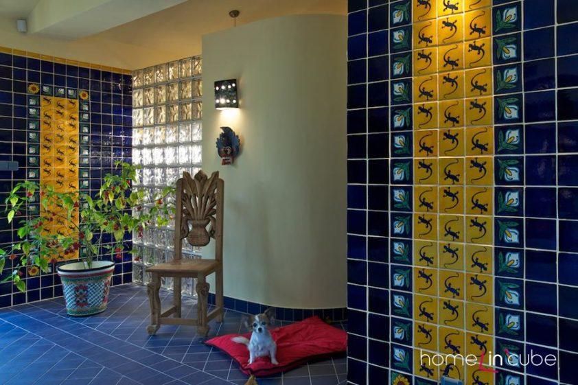 Mexická ještěrka lagartija se opakuje na různých místech interiéru.