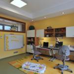 Dva sousedící pokoje děti prozatím využívají společně. Tento slouží pro hraní a učení.