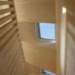 Světlé dřevo opticky prosvětluje poměrně malou chodbu a schodiště.