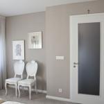 Ložnice je navržena v tlumených hnědých odstínech.