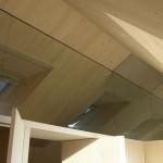 Detail řešení přechodu dřevěných polopříček v patře, podhledů a střešních oken.
