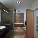 Mramorové obložení koupelny bylo jedním z oříšků při zařizování. Deska obkladu má totiž rozměr 220 x 130 cm.