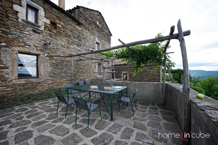 Při dobrém počasí je vidět z terasy i Mont Ventoux.