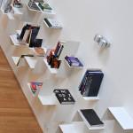 Hlavnímu obytnému prostoru vévodí jednoduchá, přitom nápaditá knihovna.