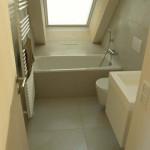 I koupelny jsou pojaty jednoduše bez zbytečných příkras. Takové řešení se totiž neomrzí.