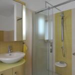 Podlaha sprchového koutu je ve stejné úrovni jako dlažba v koupelně.