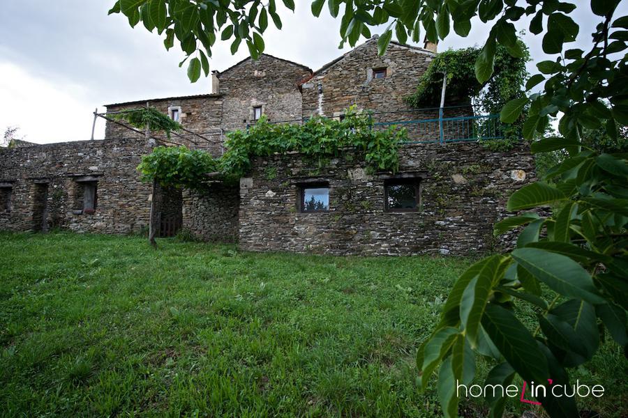 Kamenný dům v Provence  je harmonicky provázán s přírodou, která se výrazněji neupravuje.