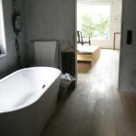 Hlavní koupelna v patře navazující na manželskou ložnici s volně stojící oválnou vanou. Záměrně chybí dveře.