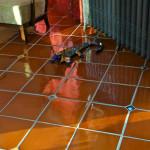 Odlišnost tohoto obydlí předznamenává už vstup do domu. Na podlaze je mexická rustikální dlažba, do které jsou vloženy malé ručně vyrobené a dekorované obklady 5 x 5 cm.