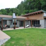 Dům je umístěn v chráněné krajinné oblasti. Jeho vzhled tedy podléhal striktním regulím. Za vše připomeňme sklon střechy, materiálové i barevné provedení.