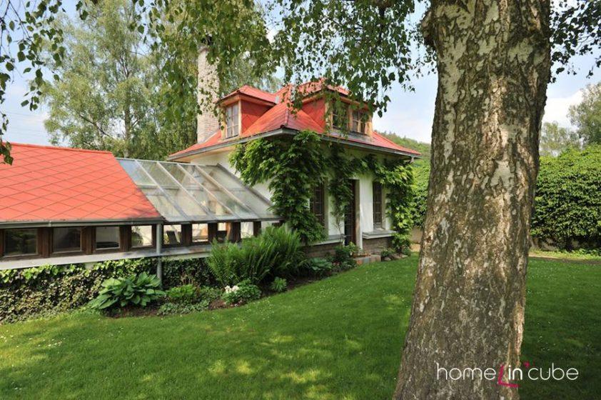 K původnímu domku byl časem připojen sousedící skleník.