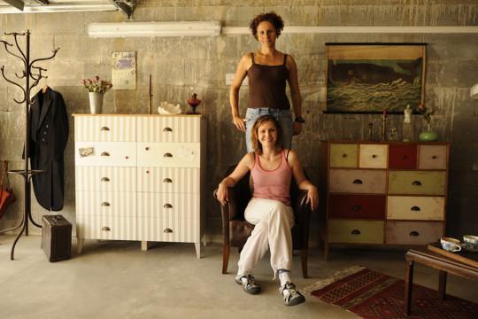 Andrea Bergmanová a Markéta Pekárková při garážové vernisáži.