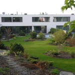 Dvoupodlažní vilové domy první a druhé etapy s velkorysou zahradou, s bazénem a elegantními detaily zahradní tvorby.