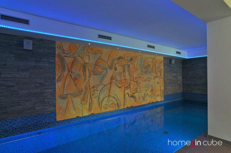 Bazénovou halu oživuje malba od akademického malíře Hlaváčka. Majitelé nejprve viděli její skicu na papíře a pak ji malíř zpracoval technikou škrábané kompozice do omítky a malované na zdi.