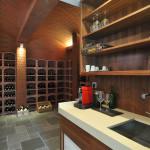 V blízkosti wellness je i soukromá vinotéka. Materiály, které tu architekti navrhli, se prolínají už z exteriéru.