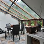 Menší jídelní stůl je umístěn také v hlavním obytném prostoru.