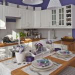 Celý byt se nese v duchu francouzské Provence. Stylová je i kuchyň a ostatní nábytek včetně doplňků.