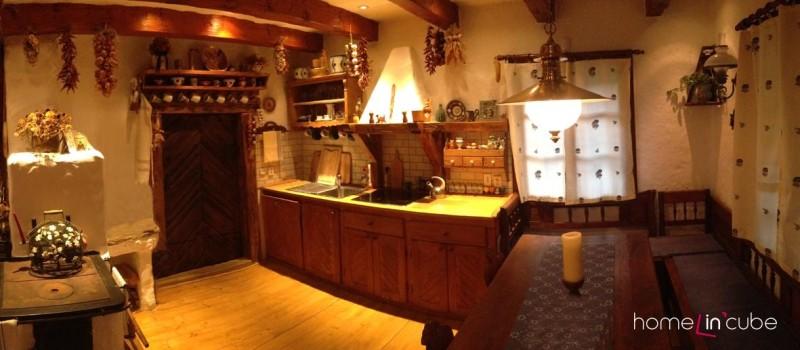 Kuchyň je vyrobená na zakázku, základem je klasické zdivo s policemi, které zakrývají dřevěná dvířka. Za dveřmi je spíž.