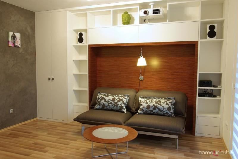 Jednu ze stěn obepíná prostorná knihovna, v jejímž středu je ponecháno místo pro rozkládací sezení.
