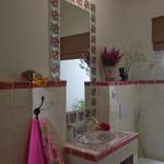 Samostatné WC dostalo romantický vzhled díky umyvadlu a obkladům ze série Rosa Benjamin.