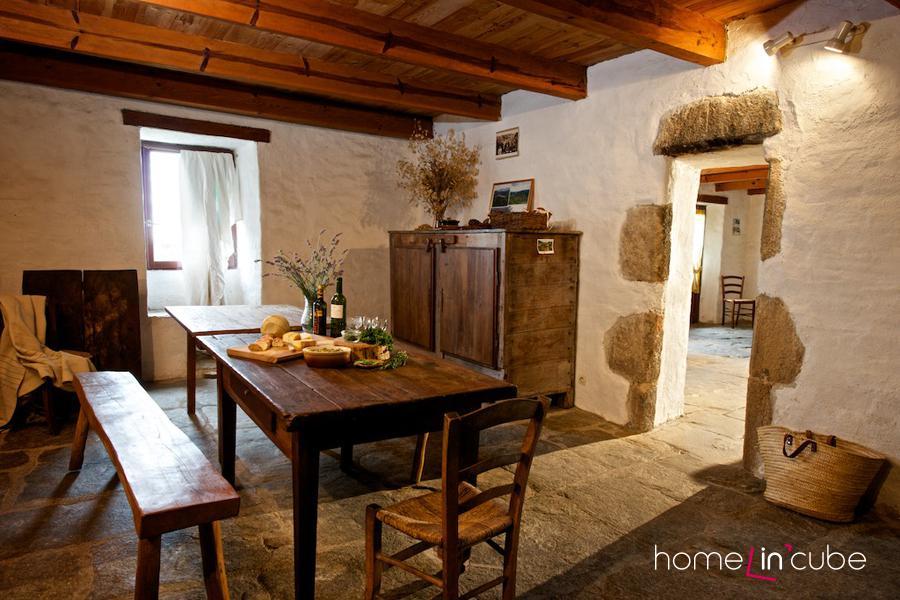 Na otvoru mezi jídelnou a obytným prostorem je vidět tloušťka stěn. Při omítání stěn byly záměrně některé kameny neomítnuty.