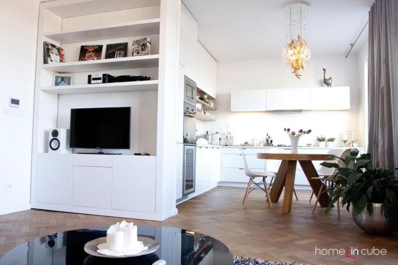 Většina nábytku je vyrobena na míru prostoru. Tím se maximálně využilo místo, přičemž interiér není zbytečně zastavěný.