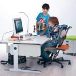K pracovnímu stolu poměrně brzy přibude i držák monitoru.