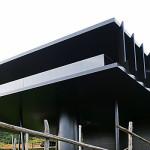 Celé délce jižní fasády dominuje otevřená terasa-lodžie s dřevěnou palubou o rozměrech 3,5 x 21 m.