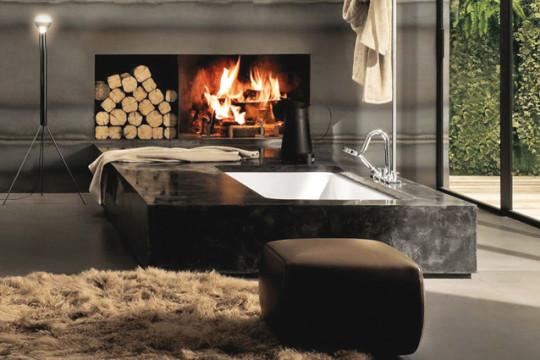 Ve velkých koupelnách zmůžeme dovolit i volně stojící vanu. Její tvar tak totiž nádherně vynikne.