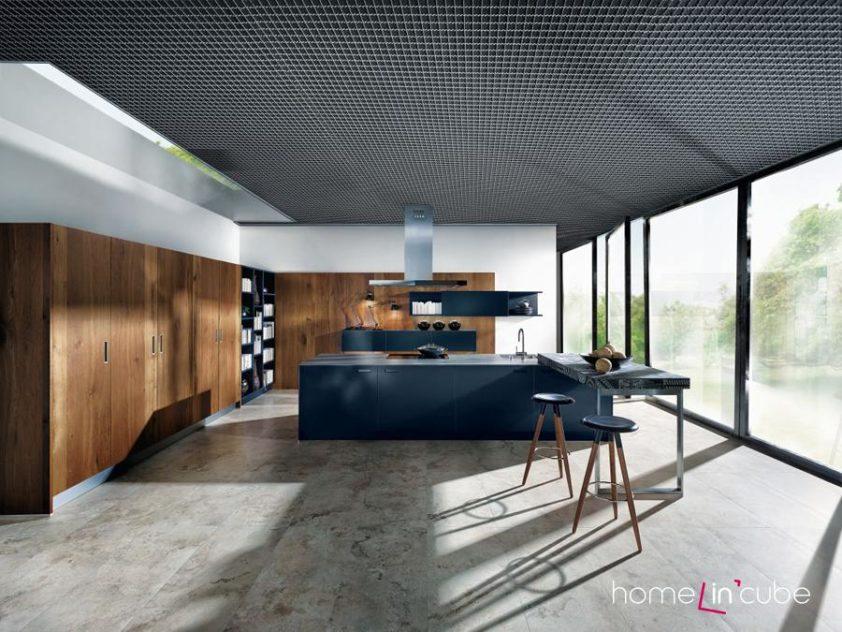 Dřevo v dekoru starého dubu a vysoce lesklý modrý lak Indigo, to vše najdete v dokonalé symbióze u nové kuchyně značky Schüller.