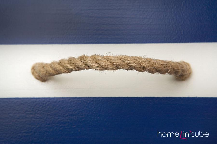 Námořní komoda má úchytky z lana.