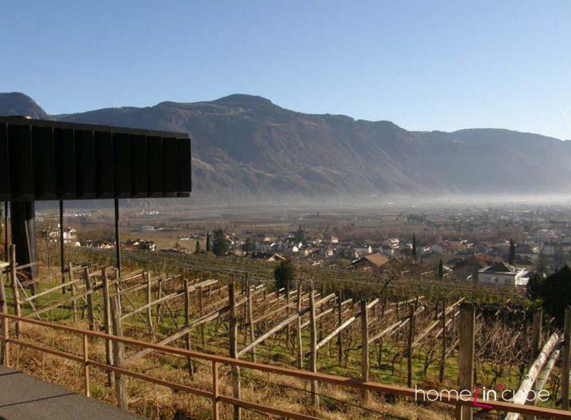 Zvýšením hlavního obytného patra získal majitel nádherné výhledy na okolní krajinu.