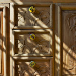 Nevšední nábytkové kusy pocházejí rovněž z Mexika. Jsou ze dřeva zdejší borovice, ozdobené ruční řezbou.