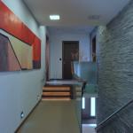 Po schodech vedoucích ze vstupní haly se vchází do horní chodby ozdobené obrazem od Terezy Holáskové. Odtud se vchází do společenského polyfunkčního prostoru, nebo do ložnicové části.