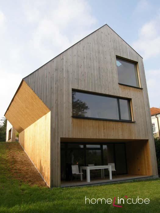 Na jihovýchod navrhl architekt terasu, která je díky architektonickému řešení zasunutá do objektu. Velké okno v patře pouští do chodby dostatek denního světla.
