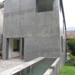 Profil zahradní fasády domu s detailem betonového napajedla. Zurčící voda tu zjemňuje atmosféru a je dokonalým doplňkem k okolní krásné zahradě.