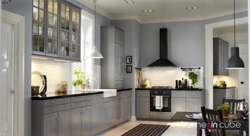 Šedý lesklý odstín dává klasické kuchyni luxusnější nádech. Dvířka, korpusy a vnitřní výbava jsou z nového kuchyňského programu Metod.