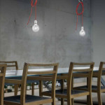 Nad dlouhý jídelní stůl zavěste větší počet svítidel.