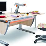 Kvalitní rostoucí nábytek umožňuje natavení výšky desky stolu i její sklon.