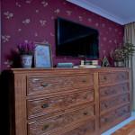 Proti manželské ložnici je umístěna komoda ze stejné kolekce.
