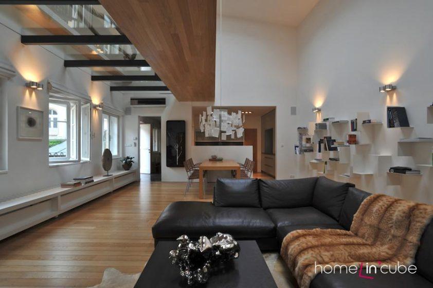 K úžasnému pocitu v prostoru přispívá i fakt, že je v části místnosti strop vysoký přes dvě patra.