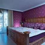 Masivní, ručně vyřezávaný nábytek odkazuje ložnici rodičů do domu mexického patricije.