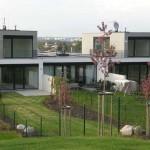Dělení jednotlivých domů a jejich úzkých parcel ještě před naplněním vize projektu vzrostlé střední a vysoké zeleně.