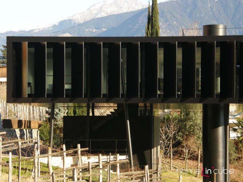 Ocelový válec má průměr 1,8 m a je jedním z nosných prvků domu. V jeho horní části je umístěn krb.